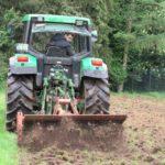 Unser Mitarbeiter Markus  entfernt die Grasnarbe